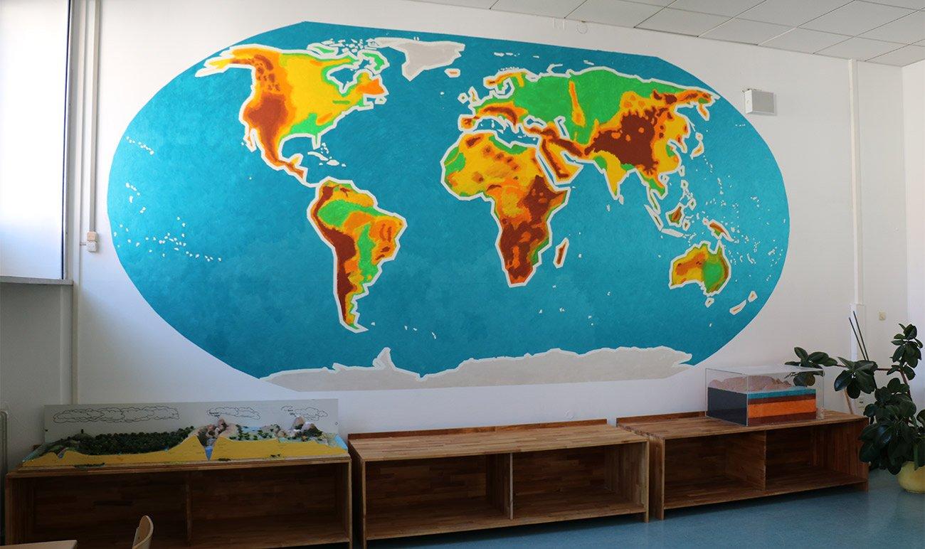 Schüler malten eine Weltkarte im Geographieraum